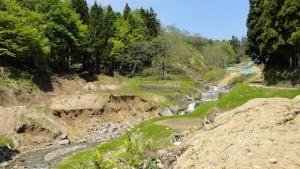 1号堰堤付近 基幹の1号堰堤は健在ですが、渓岸の崩壊が広がっていました。