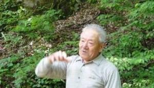 高倉川の現地説明をする伊藤武夫さん